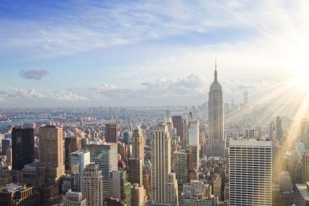 日没時の都市のスカイライン。ニューヨーク市