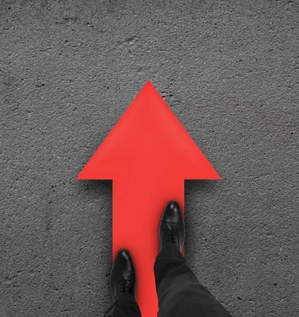 paar been staande op rode pijl Stockfoto