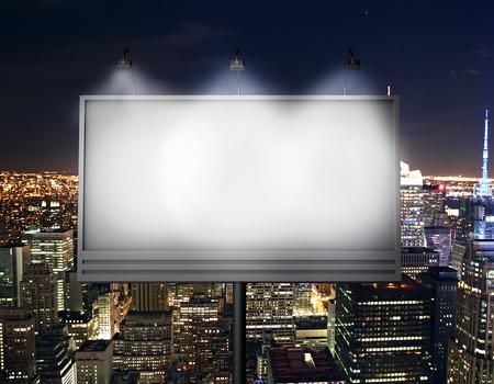 Billboard avec écran vide, contre la ville moderne Banque d'images