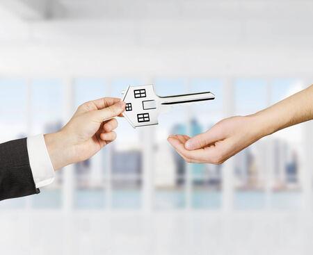 traslados: mano transfiere la clave en forma de casa