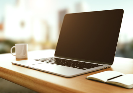 現代のラップトップ カップとテーブルの上の日記
