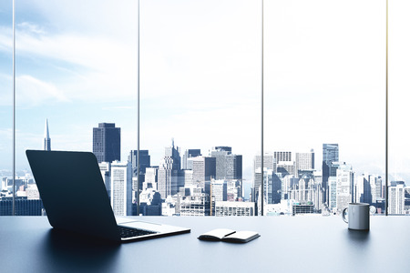 moderne kantoor met laptop en uitzicht op de stad