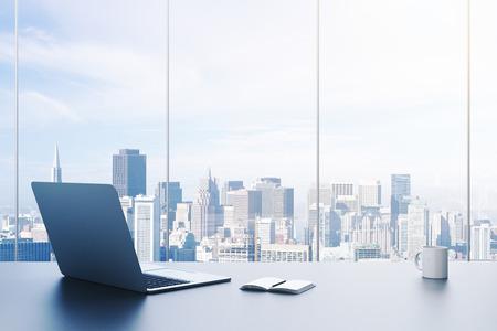 pc, beker en agenda op tafel in het kantoor