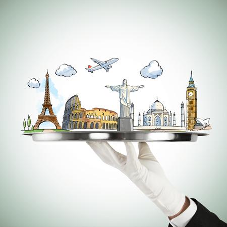 travel: ręka trzyma srebrny talerz z pojęciem podróży Zdjęcie Seryjne