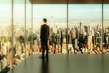 looking at view: uomo d'affari in ufficio moderno con una vista della citt�