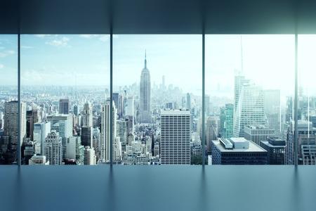 ventana abierta: moderno interior de la oficina vacía