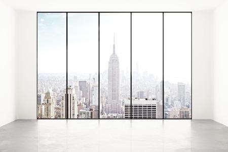 lege witte kamer met uitzicht op de stad