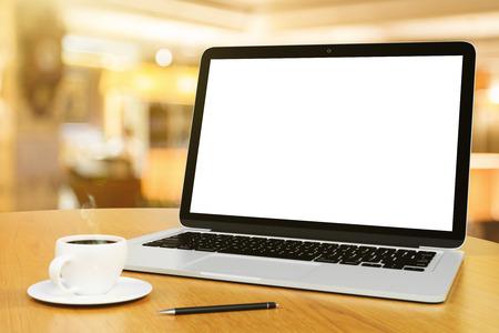 werkplaats met laptop, kopje koffie en pen, mock up Stockfoto