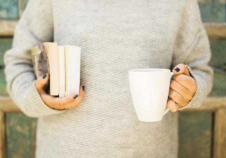 conocimiento: Chica con una taza de café y los libros Foto de archivo