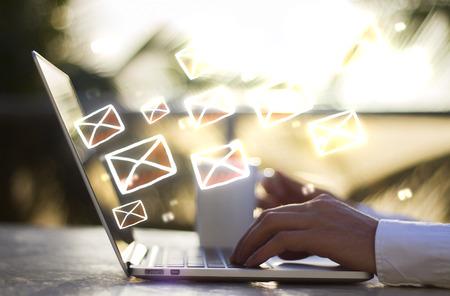 hombre escribiendo: hombre con el portátil y el concepto de correo electrónico