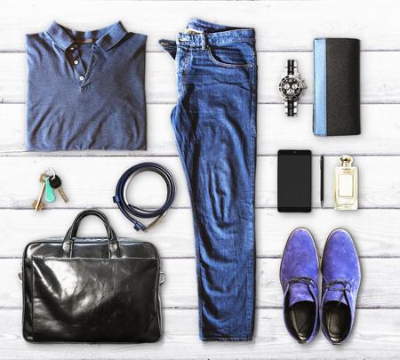 ropa de verano: un conjunto de ropa y accesorios para hombres en un fondo de madera blanca