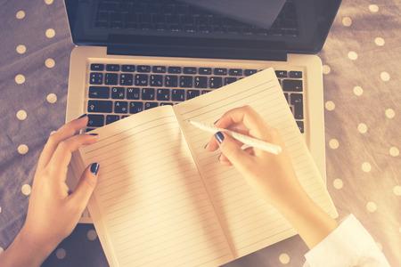 escribiendo: muchacha escribe en el cuaderno