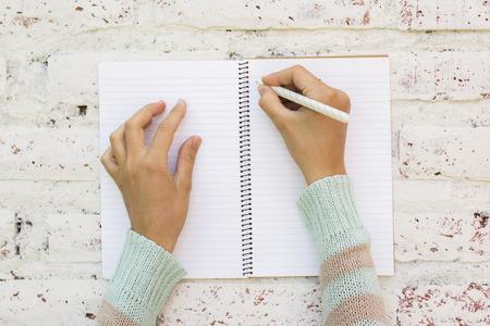 schreibkr u00c3 u00a4fte: Mädchen schreibt in Notebook