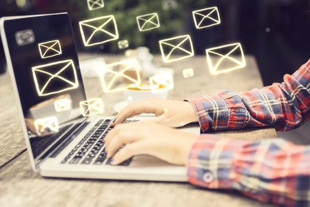 correo electronico: Concepto de correo electr�nico con ang laptop manos muchacha Foto de archivo