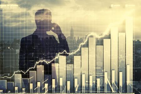 Dubbele expplosure met zakenman silhouet en zakelijke grafiek Stockfoto
