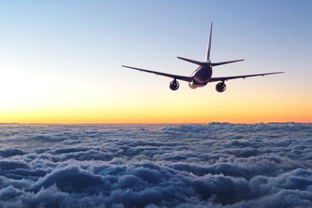 locales comerciales: avión volando en el cielo Foto de archivo