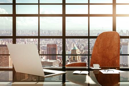 Lugar de trabajo moderno con un ordenador portátil y accesorios de oficina al amanecer