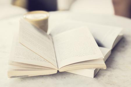 libros abiertos: Abrir los libros y taza de café