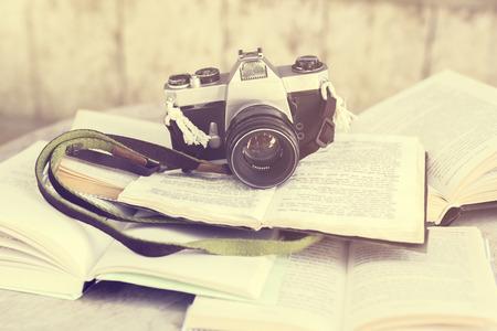 reportero: vieja cámara de fotos y libros, efecto de la foto de la vendimia