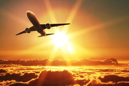 voyage avion: Avion décolle au lever du soleil Banque d'images