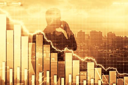 crisis economica: Doble exposición de ilustración crisis con gráfico de negocios y hombre hablando por teléfono