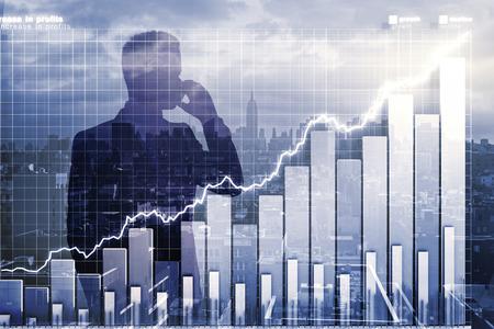 電話やビジネス グラフで語っているビジネスマンとの二重の軽減法