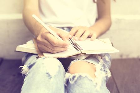 persona escribiendo: Ni�a sentada en el piso y escribi� en un diario