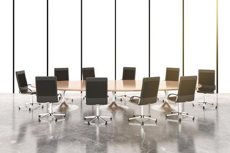 Salle de conférence avec table ronde en bois, des chaises et plancher de béton