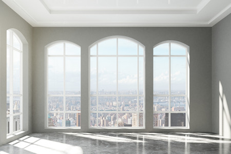Grote zolder interieur met uitzicht op de stad Stockfoto