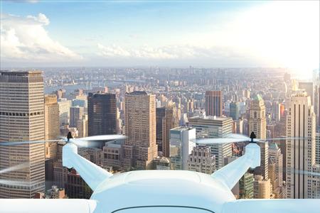 Drone levert de goederen tegen de achtergrond van New York bij zonsondergang