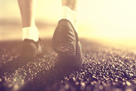 piernas hombre: Corredores pies en las botas al amanecer