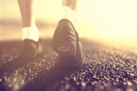 piernas hombre: Runners feet in boots at sunrise