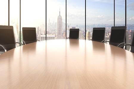 Vergaderzaal met grote ronde tafel, stoelen en uitzicht op de stad Stockfoto