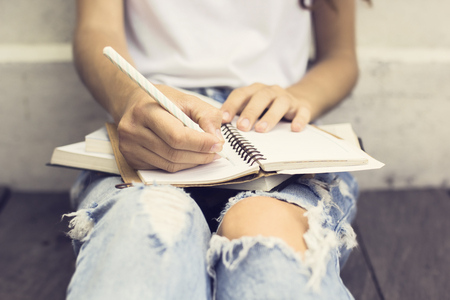 schreiben: Gir mit booksl Schreiben im Tagebuch Lizenzfreie Bilder