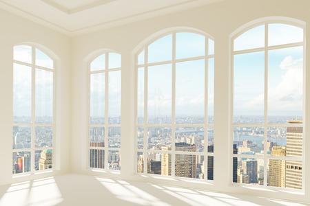 Grote lichte moderne kamer met uitzicht op de stad Stockfoto