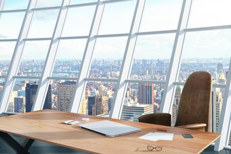 Licht kantoor met een tafel en stoel en uitzicht op de stad Stockfoto