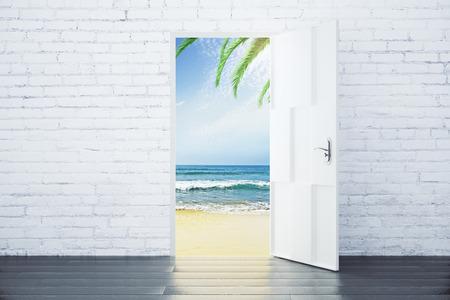Open deur in een strand met golven van de zee en palmbomen, concept