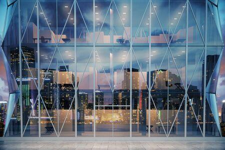 Extérieur du centre d'affaires moderne en verre le soir