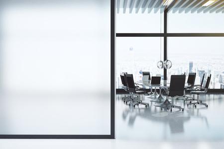nowy: Nowoczesna biała sala konferencyjna z copyspace