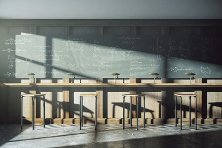 Weinlese-Hochschulklassenzimmer mit Gleichung Lösung auf Tafel