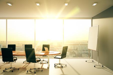 Moderne conferentieruimte met meubilair en uitzicht op de stad bij zonsopgang