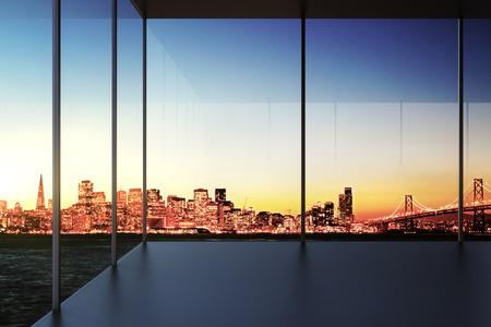 Moderne transparante lege kamer met uitzicht op de stad bij zonsondergang Stockfoto