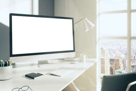 monitor de computadora: Computadora de escritorio en blanco con el teclado, el diario y otros accesorios en el cuadro blanco en la habitación soleada, maqueta