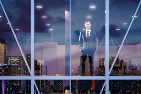 empresario: Empresario permanecer en la oficina moderna en el centro de negocios del vítreo