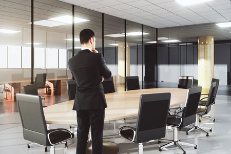 ejecutiva en oficina: Hombre de negocios en la oficina de conferencias moderna con muebles