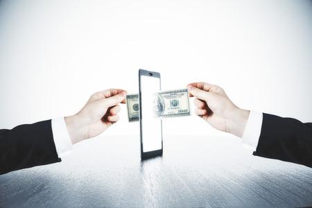 dinero: transferencia de dinero con las manos del hombre y el concepto de tableta digital Foto de archivo