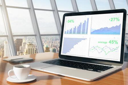 Wykres biznesowych na ekranie komputera przenośnego z filiżanką kawy i dziennik w słonecznej biurze z widokiem na miasto