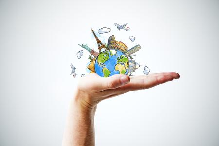 Hand hält einen Globus mit Sehenswürdigkeiten Standard-Bild - 47836058