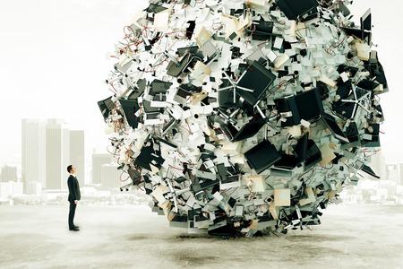 Zakenman is op zoek naar de grote belasting van het bureauwerk