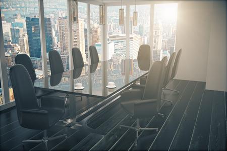 Salle de conférence avec table vitreux, chaises et vue sur la ville depuis la fenêtre dans le plancher